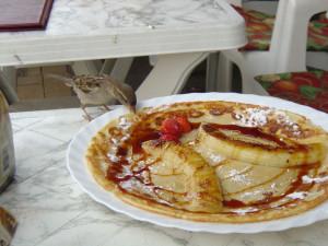 Haussperlinge gehören zu den Kulturfolgern, die in Restaurants gern auch mal von den Speisen der Menschen naschen, © luener / Pixelio.de