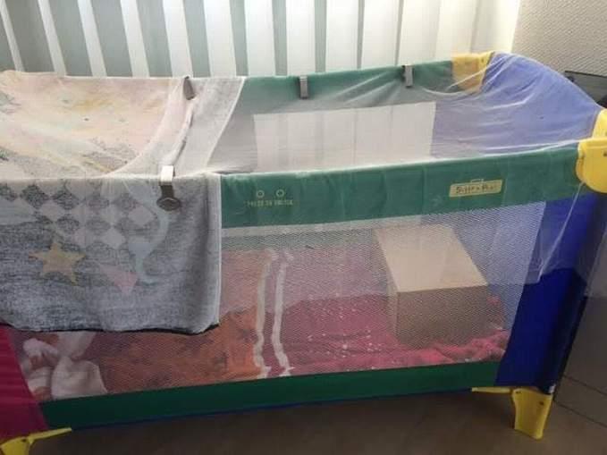 Ein Kinderreisebett, das von oben mit Gaze oder Tüchern und Klammern gesichert ist, kann als gefiederschonenende Behausung für Jungvögel verwendet werden, © Margareta Michna