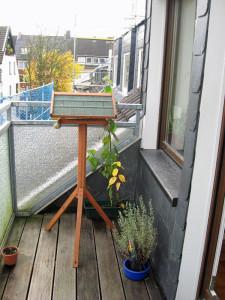 Vogelfutterhäuschen auf einem Ständer wie dieses Exemplar sind sogar in Baumärkten erhältlich, © Gaby Schulemann-Maier