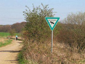 In Deutschland weisen spezielle Schilder auf Naturschutzgebiete hin, © Gaby Schulemann-Maier