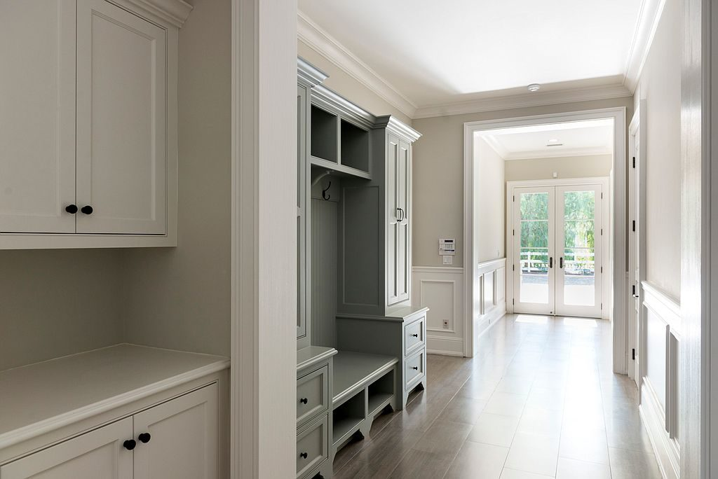 kylie-jenner10-hallway