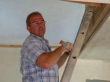 Schreinermeister Josef Rieth beim Treppenaufmaß