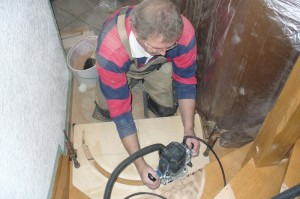Schreinermeister Josef Rieth beim ausfräsen der Stufen für Graniteinlagen