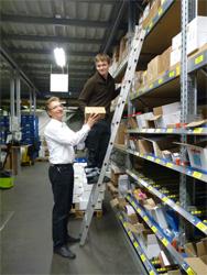 Andreas Viehrig, Betriebsleiter für Logistik (links) hilft Martin Grzesik (16) in der Sächsischen Haustechnik Dresden KG in Klipphausen welche Produkte im Lagerregal an welcher Stelle zu finden sind.