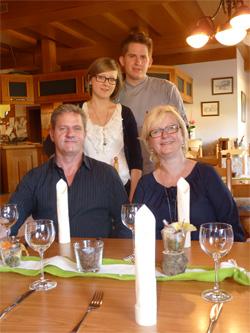 Wirtin Evelyn Walther, Gatte Olaf mit Tochter Stephanie und deren Freund (und Küchenchef) Sebastian Probst