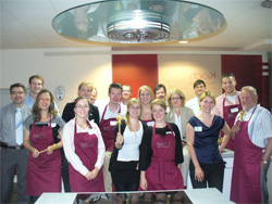 """Die Teilnehmer des Koch-und Netzwerkevents nach getaner Arbeit, die Sieger sogar mit dem begehrten """"Kochlöffel am goldenen Bande""""."""