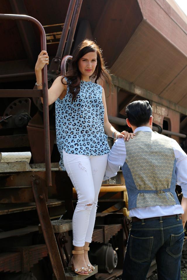 Joop Spring/Summer Kollektion 2015, Blaues Blumenshirt Seidenshirt, Weiße Skinny Jeans, silberne Clutch, blaue Anzugsweste, Pike Brothers Jeans, Nudefarbene Sandalen mit Glitzersteinen