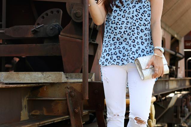 Joop Spring/Summer Kollektion 2015, Blaues Blumenshirt Seidenshirt, Weiße Skinny Jeans, silberne Clutch, weiße destroyed Skinnies