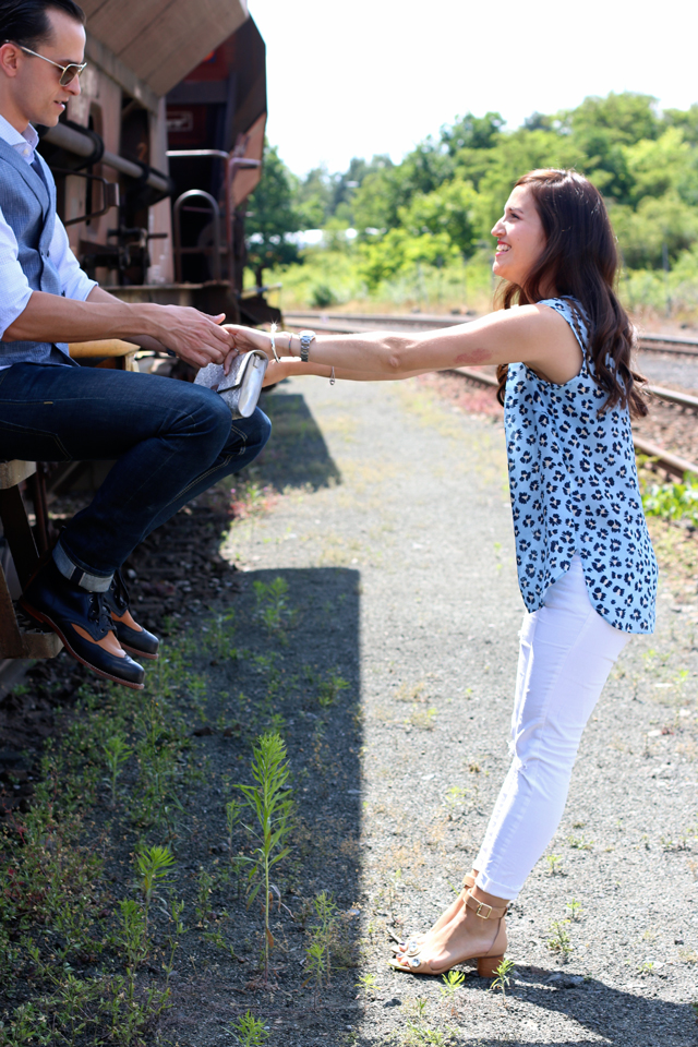 Joop Spring/Summer Kollektion 2015, Blaues Blumenshirt Seidenshirt, Weiße Skinny Jeans, silberne Clutch, blaue Anzugsweste, Pike Brothers Jeans