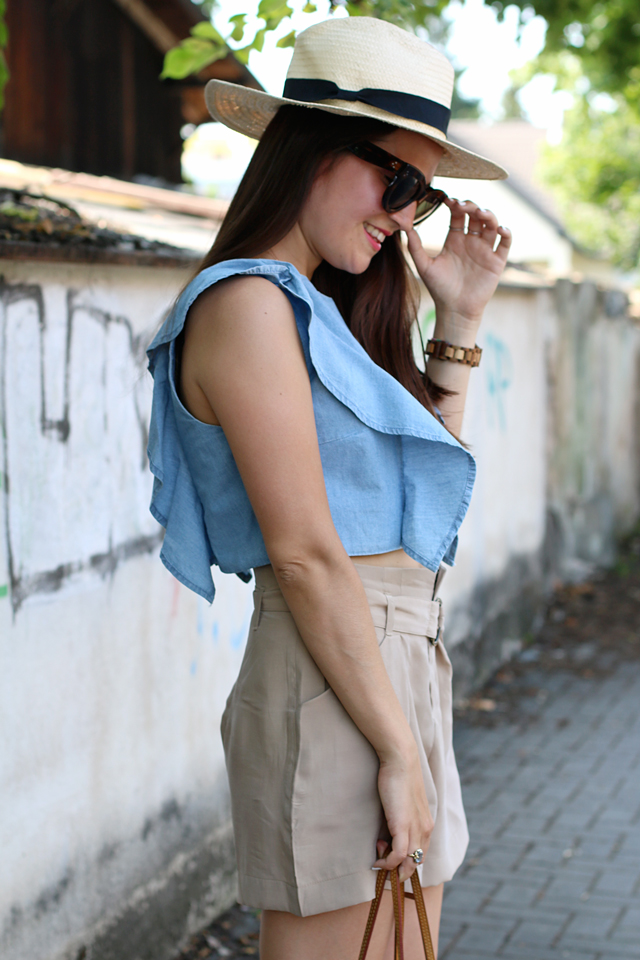 Sommerlook, Jeans-Volanttop, blaues Jeanscroptop, braune Shorts, Strohhut, Nudefarbene Sandalen, Celine Caty Sonnenbrille