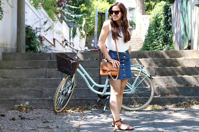 Jeansrock mit Knopfleiste, Jeansminirock, Gladiatorensandalen, Chloe Faye Lookalike, Outfit mit Vintagefahrrad, Outfit mit Fahrrad, Sommerlook mit Fahrrad
