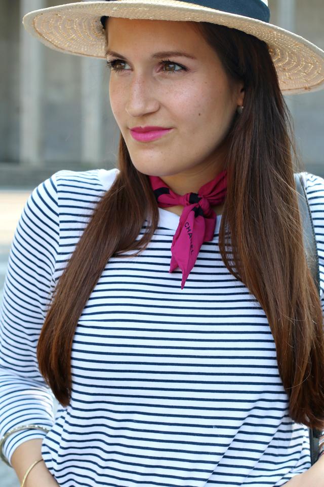 Pinkes Halstuch, Chanel Halstuch, Vintage Halstuch, Ringelshirt mit Halstuch, Strohhut und Ringelshirt, pinker matter Lippenstift, pinke Lippen