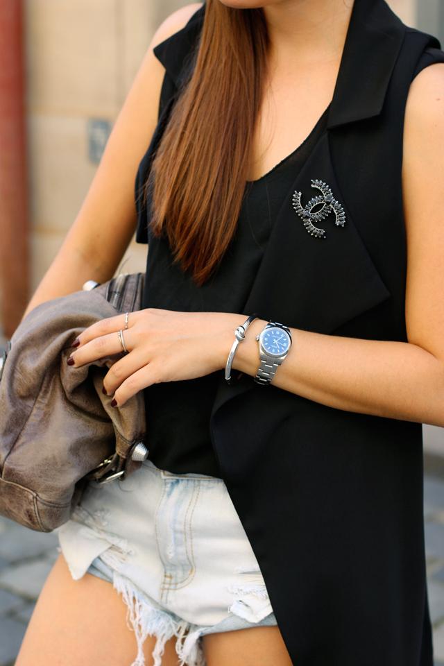 Schwarze Longveste, schwarze lange Weste, Topshop Weste, hellblaue Shorts, Balenciaga Beutel, Balenciaga Tasche, Sommerlook mit Weste, silbernes Knotenarmband, Knot Armband