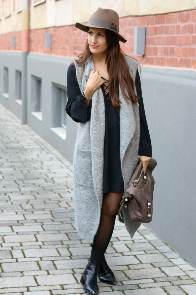 Herbstoutfit mit Wollweste, Schwarzes Lace Up Kleid, Edited Wollweste, Herbstoutfit mit Hut, Acne Jensen Boots, Balenciaga Classic Day Tasche, Steson Hut, Lange Wollweste kombinieren, Fashionblog Nürnberg, Fashionblog Schwabach, Fashionblogger Schwabach, Pieces of Mariposa