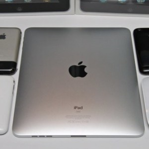 iPhoneやiPadが並んだ写真