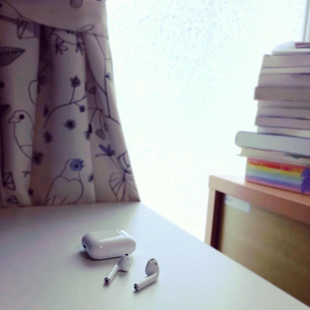 机の上のAirPods