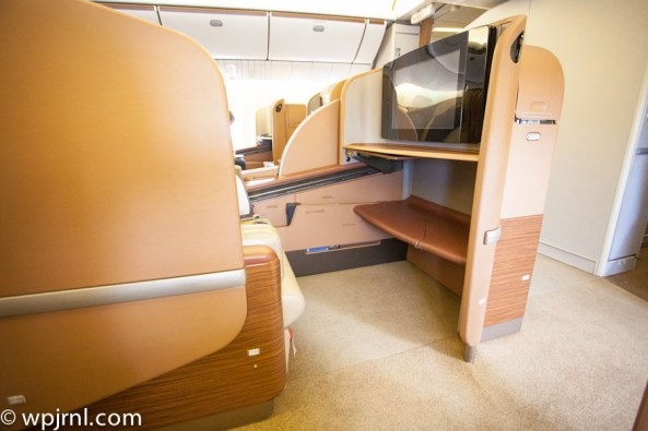 Singapore Airlines First Class SQ211 SIN-SYD Boeing 777-300 (773) - Middle Seat