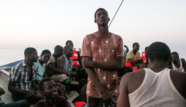 Refugiados rescatados por el barco SeaWatch2 en el Mediterr��neo ��Fabian Melber