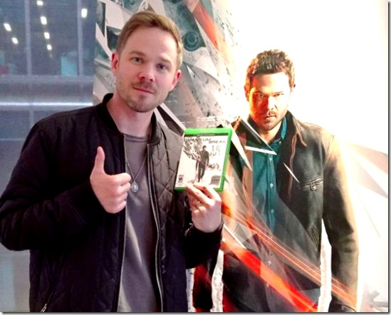 shawn_ashmore_with_quantum_break_game-001[1]