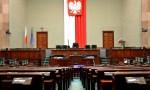SONDAŻ: PiS z połową miejsc w Sejmie, spadek Hołowni