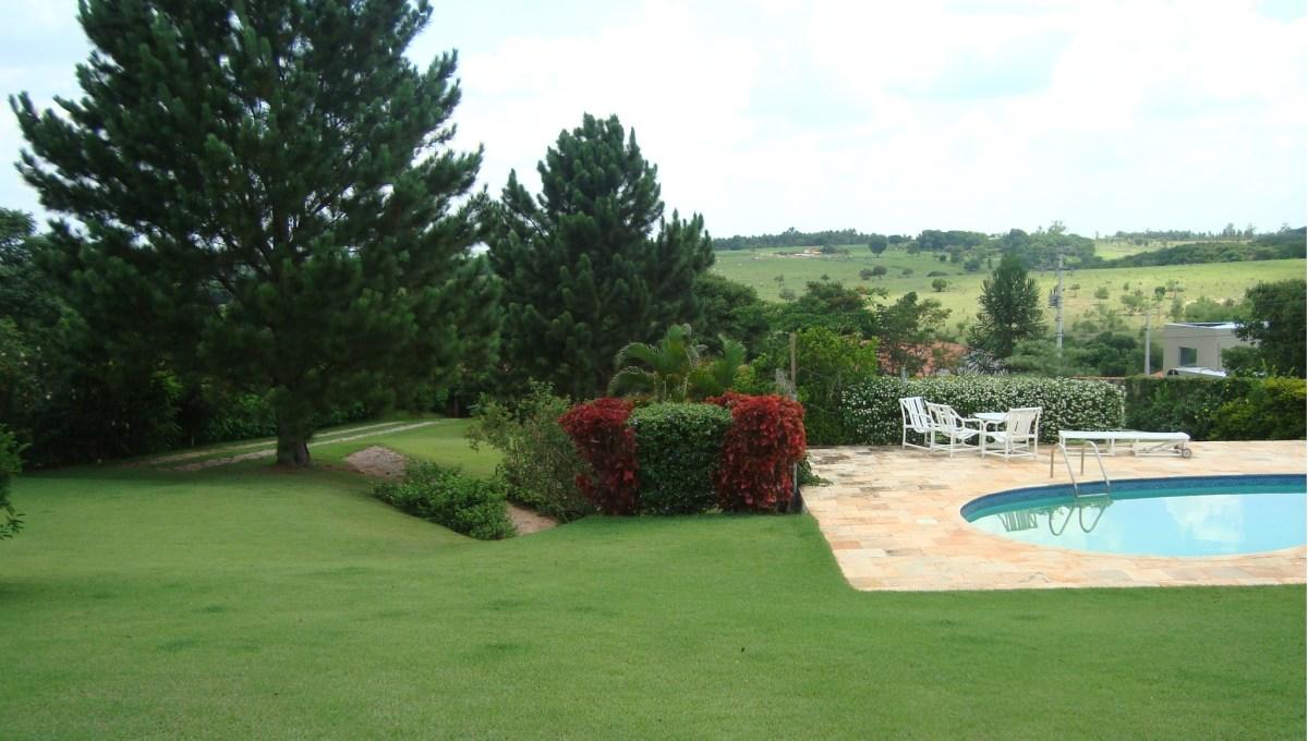 vista da casa para a piscina e para o terreno da parte inferior