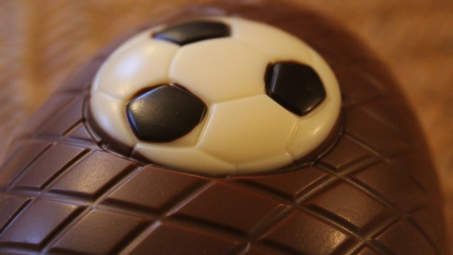 Thorntons-Footy-Fanatic-Easter-Egg-White-Chocolate-Football-640x360