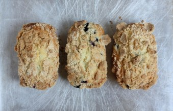 mini blueberry streusel breads | writes4food.com