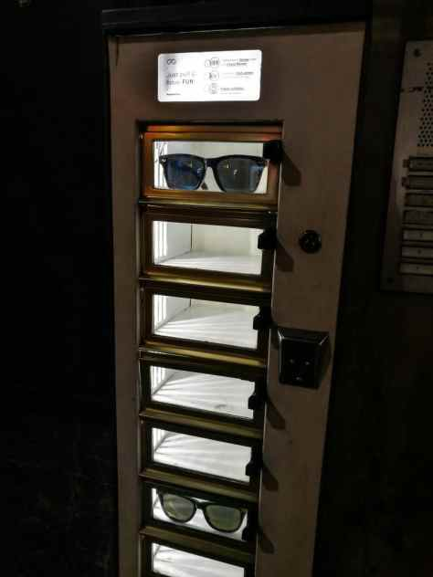 Vending machine for sunglasses