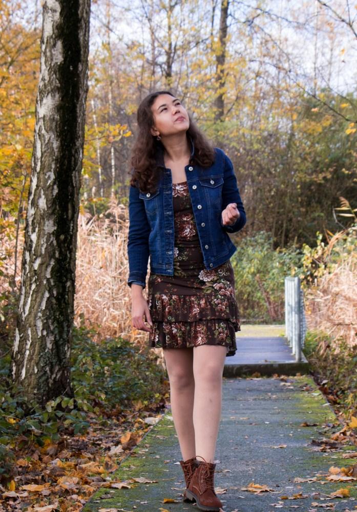 Jeansjacke und Herbstkleid