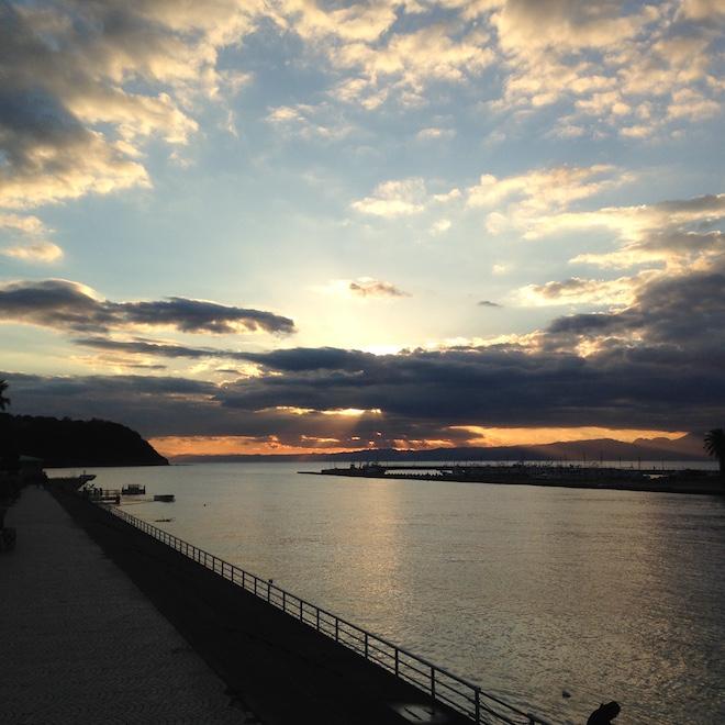 海岸沿いに見る夕日
