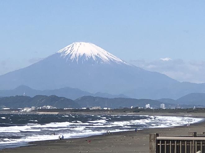 海岸からみえる富士山