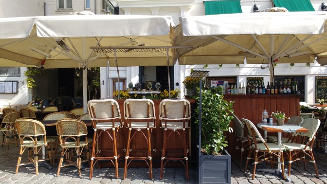 More outdoor seating with lovely narcissus flowers. Narcissus are everywhere in this city. So cheery!!