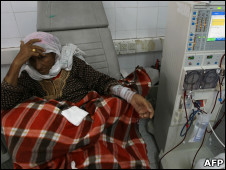 Una mujer recibe ratamiento médico en Gaza