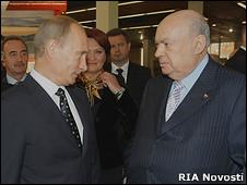 Премьер-министр России Владимир Путин разговаривает с врио мэра Москвы Владимиром Ресиным 1 октября