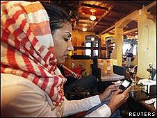 Una mujer utiliza un teléfono celular en Bahréin