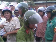 Cảnh sát cơ động áp giải người ghi hình về công an xã