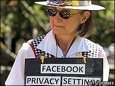 Mujer advirtiendo sobre los peligros de la falta de privacidad en Facebook