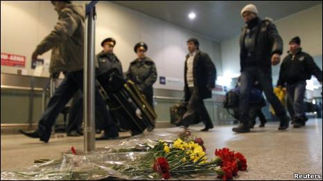 """Цветы на месте взрыва в аэропорту """"Домодедово"""""""