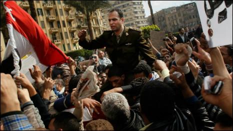 Seorang tentara diusung di Kairo