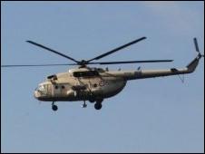 Helikopter militer terbang di atas Lapangan Merdeka