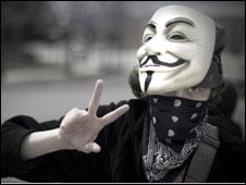 Un joven con una máscara de Anonymous