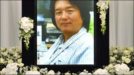 Ảnh nhà báo Hiro Muramoto trên bàn thờ