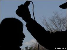 Yumi Saitou, moradora de Fukushima, é testada para detectar possível radiação