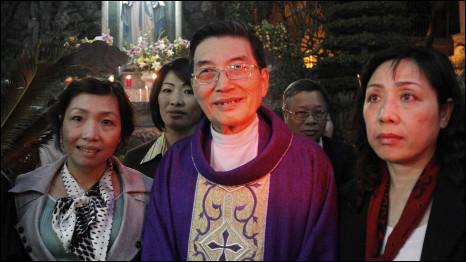 Bà Cù Thị Xuân Bích (trái) cùng Cha Matthew Vũ Khởi Phụng và bà Nguyễn Thị Dương Hà, vợ ông Cù Huy Hà Vũ