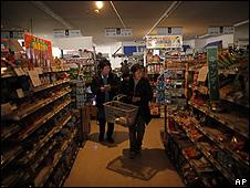Japoneses fazem compras em supermercado sem eletricidade depois de terremoto em Miyagi