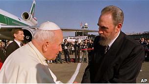 Fidel Castro recibe a Juan Pablo II en el aeropuerto José Martí en 1998