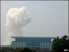 Khói bốc lên từ khu nhà bị đánh bom ở thành phố Phúc Châu