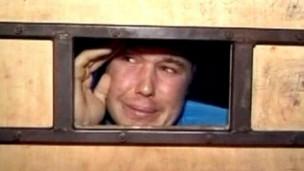 Filho preso em jaula de madeira na Bolívia