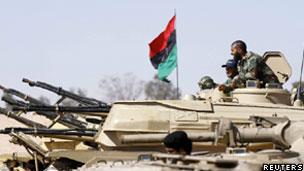 Rebeldes treinam em Zintan com tanque capturado das forças de Khadafi (Reuters)