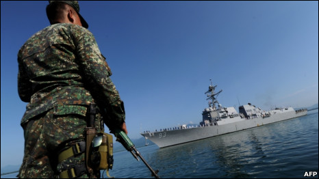 Lính gác Philippines tại cảng Puerto Princesa